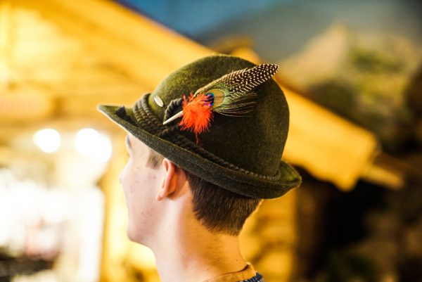 Penacho com pluma vermelha 1 Mundo Tirolês - Artigos Típicos Austríacos e Alemães